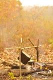 Μαγειρεύοντας δοχείο στην πυρά προσκόπων, που στρατοπεδεύει στο δάσος Στοκ Φωτογραφία