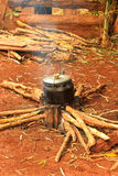 Μαγειρεύοντας δοχείο στην πυρά προσκόπων Στοκ Εικόνες