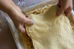 Μαγειρεύοντας πίτα λάχανων γυναικών Στοκ Φωτογραφίες