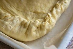 Μαγειρεύοντας πίτα λάχανων γυναικών Στοκ Εικόνα