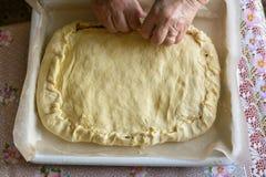 Μαγειρεύοντας πίτα λάχανων γυναικών Στοκ εικόνες με δικαίωμα ελεύθερης χρήσης