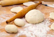 Μαγειρεύοντας πίτες και cheesecakes στο σπίτι Στοκ Φωτογραφίες