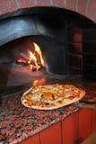 μαγειρεύοντας πίτσα Στοκ Φωτογραφίες