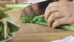 Μαγειρεύοντας πρόγευμα γυναικών απόθεμα βίντεο