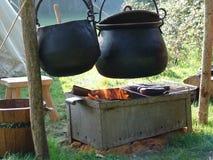 μαγειρεύοντας πυρκαγιά πέρα από τα δοχεία Στοκ Εικόνα