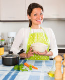 Μαγειρεύοντας ρύζι γυναικών στην κουζίνα Στοκ εικόνες με δικαίωμα ελεύθερης χρήσης