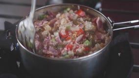 Μαγειρεύοντας ρύζι Νόστιμα τρόφιμα που προετοιμάζουν το υπαίθριο υπόβαθρο διαδικασίας απόθεμα βίντεο