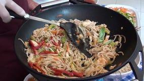 Μαγειρεύοντας σε κατσαρόλα κινεζικά ζυμαρικά απόθεμα βίντεο