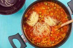 Μαγειρεύοντας σούπα Minestrone Στοκ Φωτογραφία