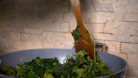 Μαγειρεύοντας σπανάκι φιλμ μικρού μήκους