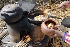 Μαγειρεύοντας στο νησί Totora, λίμνη Titicaca, Puno, Περού στοκ φωτογραφία