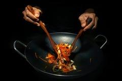 Μαγειρεύοντας στο wok το τηγανίζοντας τηγάνι Στοκ φωτογραφία με δικαίωμα ελεύθερης χρήσης