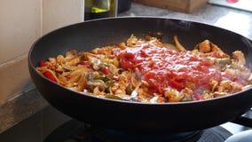 Μαγειρεύοντας συστατικά για τα σπιτικά fajitas στο τηγάνι απόθεμα βίντεο