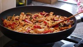 Μαγειρεύοντας συστατικά για τα σπιτικά fajitas στο τηγάνι φιλμ μικρού μήκους