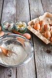Μαγειρεύοντας συστατικά για το ψήσιμο, τα αυγά και το αλεύρι Στοκ Φωτογραφία