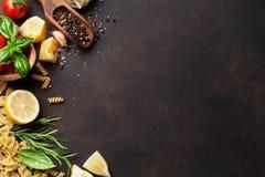 μαγειρεύοντας συστατικά ιταλικά τροφίμων απομονωμένο λευκό ντοματών μακαρονιών ζυμαρικών κερασιών ανασκόπησης συστατικά Στοκ Εικόνες