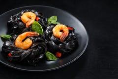μαγειρεύοντας συστατικά ιταλικά τροφίμων Ζυμαρικά με τις γαρίδες στοκ εικόνα με δικαίωμα ελεύθερης χρήσης
