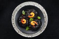 μαγειρεύοντας συστατικά ιταλικά τροφίμων Ζυμαρικά με τις γαρίδες στοκ εικόνα