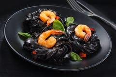 μαγειρεύοντας συστατικά ιταλικά τροφίμων Ζυμαρικά με τις γαρίδες στοκ φωτογραφίες με δικαίωμα ελεύθερης χρήσης