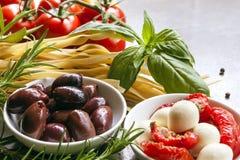 μαγειρεύοντας συστατικά ιταλικά τροφίμων στοκ εικόνες