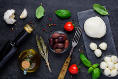 Μαγειρεύοντας συστατικά και τυρί μοτσαρελών Στοκ εικόνα με δικαίωμα ελεύθερης χρήσης
