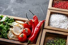 Μαγειρεύοντας συστατικά και χορτάρια στο ξύλινο κιβώτιο στο σκοτεινό υπόβαθρο Στοκ φωτογραφία με δικαίωμα ελεύθερης χρήσης