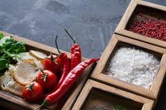Μαγειρεύοντας συστατικά και χορτάρια στο ξύλινο κιβώτιο στο σκοτεινό υπόβαθρο Στοκ φωτογραφίες με δικαίωμα ελεύθερης χρήσης
