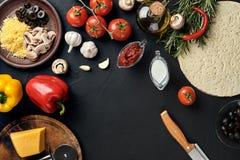 Μαγειρεύοντας συστατικά πιτσών Ζύμη, λαχανικά και καρυκεύματα Τοπ άποψη με το διάστημα αντιγράφων στοκ εικόνες