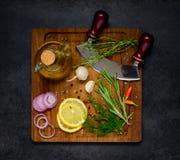 Μαγειρεύοντας συστατικά στον ξύλινο τεμαχίζοντας πίνακα Στοκ φωτογραφίες με δικαίωμα ελεύθερης χρήσης