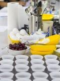 Μαγειρεύοντας σχολείο Συστατικά και μαγειρεύοντας εργαλεία στον πίνακα Ε Στοκ φωτογραφία με δικαίωμα ελεύθερης χρήσης