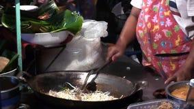 Μαγειρεύοντας ταϊλανδικά τρόφιμα βιντεοσκοπημένων εικονών αποθεμάτων hdv υπαίθρια, τηγανισμένο βράζοντας πετρέλαιο, πίτες απόθεμα βίντεο