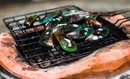 Μαγειρεύοντας τα μύδια που ψήνονται στη σχάρα Στοκ φωτογραφία με δικαίωμα ελεύθερης χρήσης