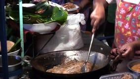 Μαγειρεύοντας τα ταϊλανδικά τρόφιμα υπαίθρια, τηγανισμένο βράζοντας πετρέλαιο, πίτες φιλμ μικρού μήκους
