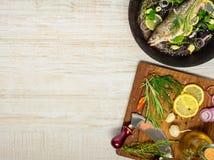 Μαγειρεύοντας τα ψάρια στο τηγάνισμα του τηγανιού Στοκ Εικόνα