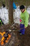 Μαγειρεύοντας τηγανίτες σε μια πυρκαγιά, στις 13 Μαρτίου 2016 Στοκ φωτογραφία με δικαίωμα ελεύθερης χρήσης