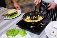Μαγειρεύοντας τηγανισμένο ρύζι Στοκ Εικόνα