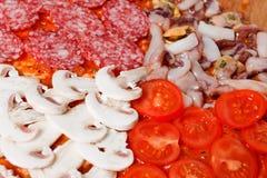 Μαγειρεύοντας τη σπιτική παραδοσιακή ιταλική εύγευστη πίτσα τέσσερις εποχές Στοκ φωτογραφία με δικαίωμα ελεύθερης χρήσης