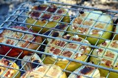 Μαγειρεύοντας φρούτα - BBQ σχαρών Στοκ Φωτογραφίες