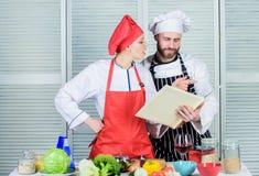 Μαγειρεύοντας τρόφιμα αρχιμαγείρων και ανδρών γυναικών από κοινού Μαγειρική οικογενειακή έννοια Υγιής συνταγή ερωτευμένου μαγειρέ στοκ φωτογραφίες