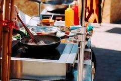 Μαγειρεύοντας τρόφιμα οδών τηγανισμένο χοιρινό κρέας σε ένα wok Στοκ φωτογραφία με δικαίωμα ελεύθερης χρήσης