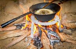 Μαγειρεύοντας τρόφιμα στο καυσόξυλο Στοκ φωτογραφία με δικαίωμα ελεύθερης χρήσης