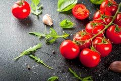 Μαγειρεύοντας υπόβαθρο με τα πράσινα και τις ντομάτες Στοκ εικόνα με δικαίωμα ελεύθερης χρήσης