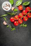 Μαγειρεύοντας υπόβαθρο με τα πράσινα και τις ντομάτες Στοκ φωτογραφίες με δικαίωμα ελεύθερης χρήσης