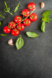 Μαγειρεύοντας υπόβαθρο με τα πράσινα και τις ντομάτες Στοκ εικόνες με δικαίωμα ελεύθερης χρήσης