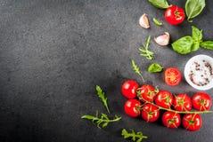 Μαγειρεύοντας υπόβαθρο με τα πράσινα και τις ντομάτες Στοκ φωτογραφία με δικαίωμα ελεύθερης χρήσης