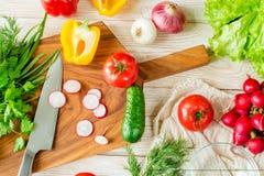 Μαγειρεύοντας υπόβαθρο τροφίμων Λαχανικά στον τεμαχίζοντας πίνακα Στοκ Εικόνες
