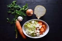 Μαγειρεύοντας φρέσκο λαχανικό μακρο ρηχό λαχανικό σούπας εστίασης Τοπ όψη Βιο υγιή χορτάρια και καρυκεύματα τροφίμων Οργανικά λαχ Στοκ φωτογραφία με δικαίωμα ελεύθερης χρήσης