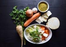 Μαγειρεύοντας φρέσκο λαχανικό μακρο ρηχό λαχανικό σούπας εστίασης Τοπ όψη Βιο υγιή χορτάρια και καρυκεύματα τροφίμων Οργανικά λαχ Στοκ Φωτογραφίες