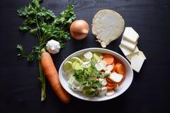 Μαγειρεύοντας φρέσκο λαχανικό μακρο ρηχό λαχανικό σούπας εστίασης Τοπ όψη Βιο υγιή χορτάρια και καρυκεύματα τροφίμων Οργανικά λαχ Στοκ Εικόνα