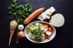 Μαγειρεύοντας φρέσκο λαχανικό μακρο ρηχό λαχανικό σούπας εστίασης Τοπ όψη Βιο υγιή χορτάρια και καρυκεύματα τροφίμων Οργανικά λαχ Στοκ εικόνα με δικαίωμα ελεύθερης χρήσης
